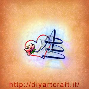 Le lettere del monogramma AM con fiore di pesco sono intrecciate ad un grande cuore colorato e romantico.