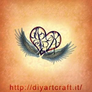 Cuorigramma con lettere JK e grandi ali figurative per un tattoo da fare in coppia.