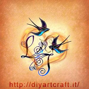 Iniziali di coppia LI intrecciate tra loro e circondate da un grande cuore con rondini stilizzate a colori.