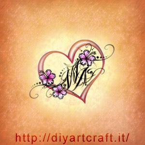 Un grande cuore e fiori di hibiscus circondano le lettere stilizzate WA in una composizione romantica.