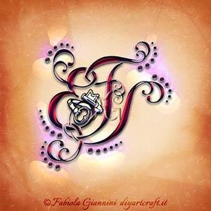 La chiave stilizzata viene attraversata dalle lettere EFS elaborate come nastri per un tattoo fatto di lettere nascoste