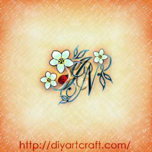 Maiuscole intrecciate IN composizione floreale con frangipani e coccinella.