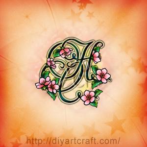 Fiori di pesco decorano le linee curve delle lettere corsive HC intrecciate per tattoo.