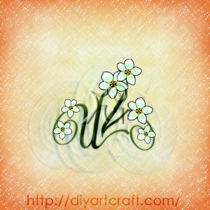 Gruppo di fiori di frangipane bianchi sulle lettere intrecciate del monogramma VU.