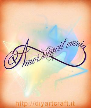 Disegno artistico della bella frase: Amor vincit omnia inserita in un simbolo dell'infinito e scritta in stile calligrafico.