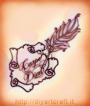 Composizione decorativa della citazione in latino: Carpe Diem con disegno di una pergamena e una piuma stilizzata.