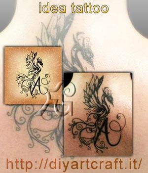 Disegno con Araba fenice stilizzata su maiuscola A e foto del tatuaggio eseguito sulla pelle.
