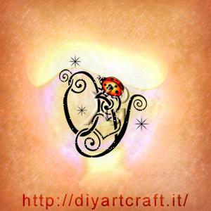 monogramma lettere intrecciate YO in stile romantico con un cuore e una coccinella.