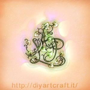 Fregio misterioso APL maiuscole stilizzate come rami di edera a colori.