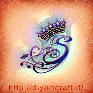 Maiuscola stilizzata S rebus per  messaggi nascosti esaltanti con freccia, cuore e corona regale.
