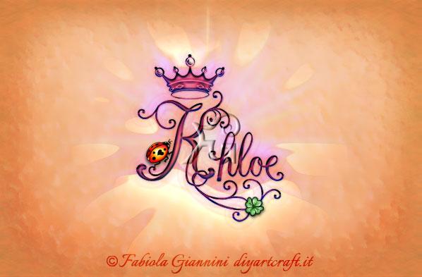 Poster Nome di donna Khloe disegnato in stile calligrafico con coccinella, corona e quadrifoglio a colori.