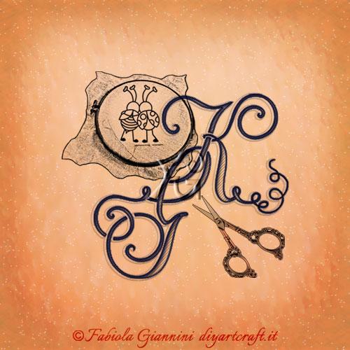 Logo lettere GK intrecciate in stile corsivo tra simboli grafici che rappresentano gli artisti del ricamo: telaio, filo e forbice.