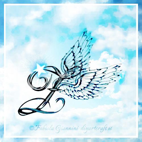 Lettera maiuscola Z stile calligrafico con ali d'angelo su sfondo cielo: disegno artistico a colori.