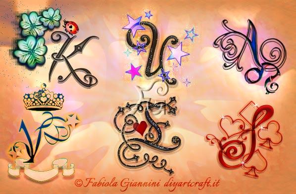 Disegni delle maiuscole corsive singole: K - U - A - V - E - S con simboli grafici stile unisex.