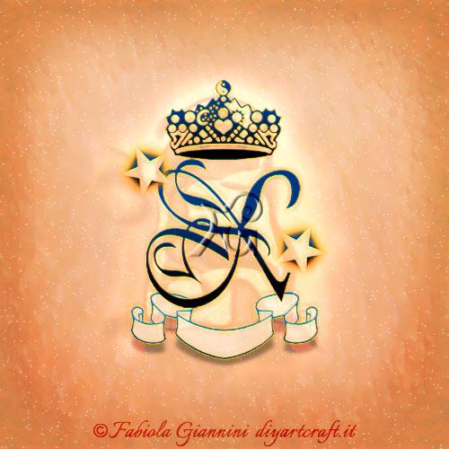 Maiuscola singola X stilizzata con stelle, corona e cartiglio in composizione logo personale a colori.