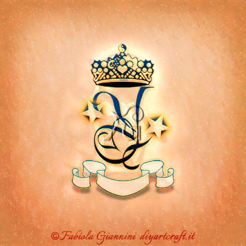 Singola lettera Y disegnata con stelle, corona e cartiglio in stile logo a colori.