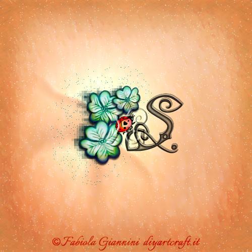 3 quadrifogli e una coccinella rossa come simboli figurativi accanto alla singola maiuscola S per tattoo di buon auspicio.