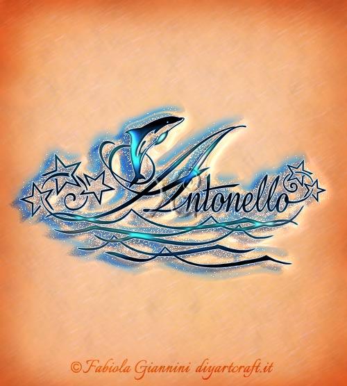 Onde stilizzate e delfino sul nome maschile Antonello con stelle sui riccioli.