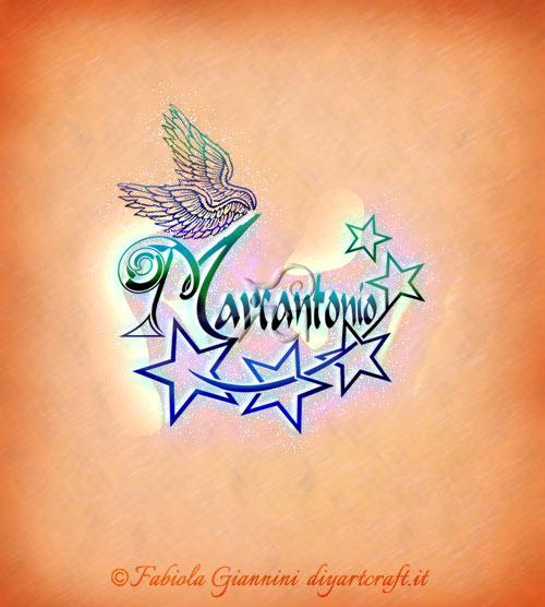 Creazione decorativa con stelle sul nome maschile Marcantonio e ali sulla iniziale maiuscola M.