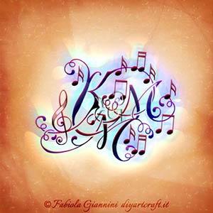 Simboli grafici musicali: pentagramma, chiave di violino e note per il disegno con lettere nascoste KMM.