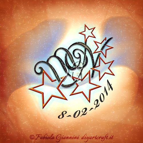Una scia di stelle circonda il monogramma MN con lettere in stile corsivo e data disegnata incurvata a sottolineare la composizione artistica.