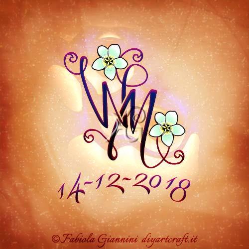 Fiori di frangipane sulle maiuscole intrecciate WM con numeri memorabili per tattoo in memoria.