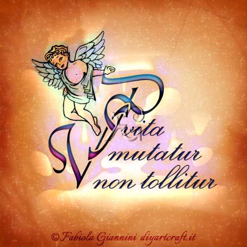 Lo slogan in lingua latina è scritto in corsivo accanto alle maiuscole intrecciate PV e in presenza dello sguardo triste di un angelo. Il testo della frase destinata al defunto  riporta: Vita mutatur non tollitur.