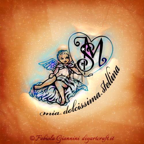 Lettere intrecciate SM racchiuse in un grande cuore sostenuto da un angelo alato. Nella illustrazione appare la scritta in lingua italiana: Mia dolcissima stellina (frase destinata ad un angelo defunto).