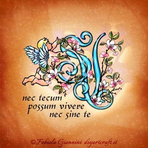 Nec tecum possum vivere nec sine te: frase in latino sul monogramma SV stilizzato con fiori di pesco e angelo alato.